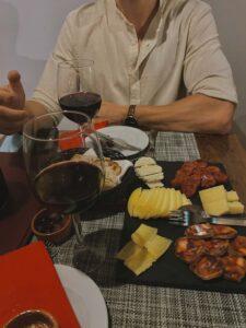 Večera vo forme taniera výberových portugalských salámov a syrov