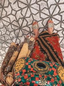 Straka llebi a marocká kabelka a šlapky