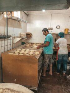 Pán pekár čo pečie tradičný gruzínsky chlieb