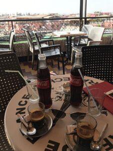Kávička a cola na teraske Cafe de France